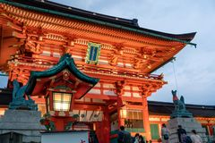 Turyści chodzi antyczna brama w Fushimi Inari fotografia stock