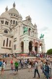 Turyści chodzi blisko Sacre Coeur bazyliki w Paryż Obrazy Royalty Free