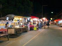 Turyści chodzi i kupują niektóre jedzenie Obrazy Royalty Free