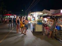 Turyści chodzi i kupują niektóre juce Zdjęcie Royalty Free