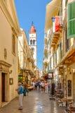 Turyści chodzi i robi zakupy na wąskich ulicach Obrazy Royalty Free