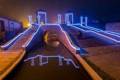 Turyści chodzi na bridżowym Trepponti, Comacchio, Włochy nocą Zdjęcia Stock