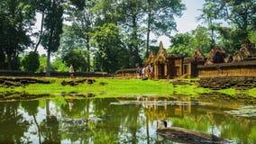 Turyści chodzi Prasat Banteay Srei zbiory wideo
