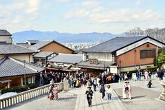 Turyści chodzi przy Kiyomizu-dera Świątynny Kyoto, Japonia obraz stock
