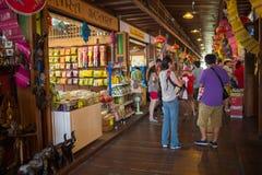 Turyści chodzi przy Pattaya Spławowym rynkiem, Chonburi, Tajlandia Fotografia Royalty Free