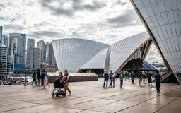 Turyści chodzi przy Sydney operą w górę z szczegółami dach w Sydney NSW Australia fotografia royalty free