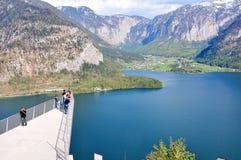 Turyści chodzi viewing skywalk lub platforma zdjęcia royalty free