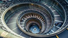 Turyści chodzi w dół ślimakowatego Bramante schody w Watykańskich muzeach fotografia stock