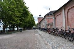 Turyści chodzi w starych ulicach Suomenlinna morza forteca zdjęcie stock