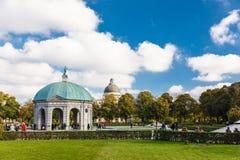Turyści chodzi wokoło domed pawilonu Fotografia Royalty Free