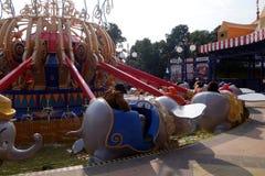 Turyści cieszą się aktywność wśrodku Szanghaj Disneyland, Chiny Obrazy Stock