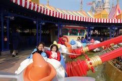 Turyści cieszą się aktywność wśrodku Szanghaj Disneyland, Chiny Zdjęcia Stock