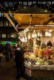 Turyści cieszą się boże narodzenia wprowadzać na rynek w centrum miasta obraz royalty free