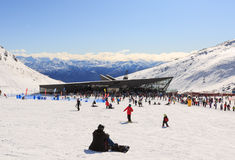 Turyści cieszą się narciarstwo i jazda na snowboardzie Zdjęcie Royalty Free