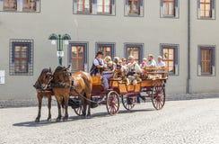 Turyści cieszą się zwiedzającą wycieczkę turysyczną w Erfurt przez konia i frachtu Fotografia Stock