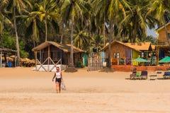 Turyści cieszy się i relaksuje przy Agonda plażą Goa/India fotografia stock