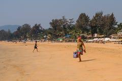 Turyści cieszy się i relaksuje przy Agonda plażą Goa/India Zdjęcia Stock