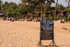 Turyści cieszy się i relaksuje przy Agonda plażą Goa/India Obrazy Stock