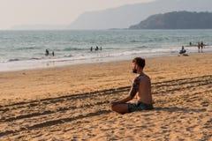 Turyści cieszy się i relaksuje przy Agonda plażą Goa/India Obraz Stock