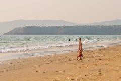Turyści cieszy się i relaksuje przy Agonda plażą Goa/India Zdjęcie Royalty Free
