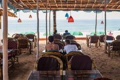 Turyści cieszy się i relaksuje przy Agonda plażą Goa/India Zdjęcie Stock