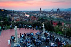 Turyści cieszy się panoramicznego widok od Piazzale Michelangelo Obciosują nad Starym Grodzkim Florencja obraz royalty free