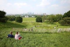 Turyści cieszy się widok Londyn od Greenwich parka na górze Zdjęcia Royalty Free