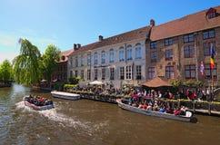 Turyści czekają bezpłatną turystyczną łódź Obrazy Royalty Free