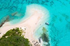 Turyści, dżetowa łódź, idylliczna pusta piaskowata plaża daleka wyspa, lazurowa turkusowego błękita laguna, Nowy Caledonia, Ocean obrazy stock