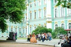 Turyści fotografują w muzealnych kostiumach przy eremu muzeum w St Petersburg obrazy stock