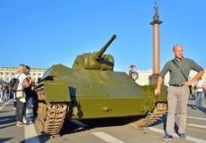 Turyści fotografują z Lekkiego zbiornika T-70 czasów wojną światowa zdjęcie stock
