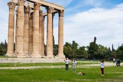 Turyści fotografuje przed Grecką świątynią Olimpijski Zeus w Ateny obraz royalty free