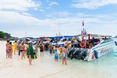Turyści iść na pokładzie prędkości łodzi na plaży zdjęcie royalty free