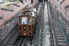 Turyści iść na wagonie kolei linowej na wzgórzu Gellert zdjęcie royalty free