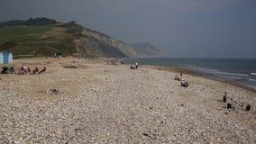 Turyści i gościa Charmouth plaża w Dorset przegapia Lyme Trzymać na dystans zbiory