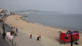 Turyści i gościa Lyme Regis plaża Dorset Anglia UK w Lyme Trzymać na dystans zbiory