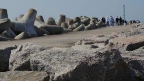 Turyści i goście chodzi skały wejście Klasipeda schronienie jetty i falochron zdjęcie wideo
