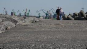 Turyści i goście chodzi skały wejście Klasipeda schronienie jetty i falochron zbiory