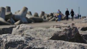 Turyści i goście chodzi skały wejście Klasipeda schronienie jetty i falochron zbiory wideo