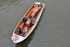 Turyści i ich przewdonik na wycieczki turysycznej łodzi Zdjęcia Royalty Free
