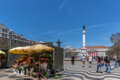Turyści i miejscowi chodzi przy Rossio bulwarem w w centrum Lisbon, Portugalia ` s kapitał przy a Lisbon, Portugalia, Maj - 9th 2 zdjęcie stock