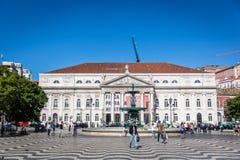 Turyści i miejscowi chodzi w tradycyjnym bulwarze w Lisbon śródmieściu w niebieskie niebo dniu, Pora Lisbon, Portugalia, Maj - 9t zdjęcia stock