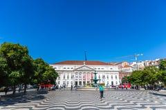 Turyści i miejscowi chodzi w tradycyjnym bulwarze w Lisbon śródmieściu w niebieskie niebo dniu, Pora Lisbon, Portugalia, Maj - 9t zdjęcie royalty free