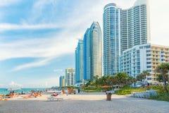 Turyści i miejscowi cieszy się plażę przy Miam Zdjęcie Royalty Free
