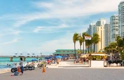 Turyści i miejscowi cieszy się plażę przy Miam Obrazy Royalty Free