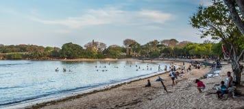 Turyści i miejscowi cieszy się plaże przy Nusa Dua obraz stock