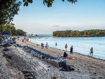 Turyści i miejscowi cieszy się plaże przy Nusa Dua obrazy royalty free