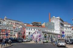 Turyści i miejscowi cieszy się zadziwiającego niebieskie niebo dzień w wiosna czasie, tradycyjni budynki w Lisbon, Portugalia, Ma obraz royalty free