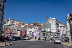 Turyści i miejscowi cieszy się zadziwiającego niebieskie niebo dzień w wiosna czasie, tradycyjni budynki w Lisbon, Portugalia, Ma fotografia stock