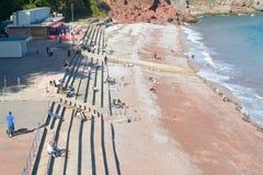 Turyści i miejscowi na plaży w późnego września świetle słonecznym zdjęcie stock